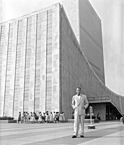Dag Hammarskjöld outside the UN building